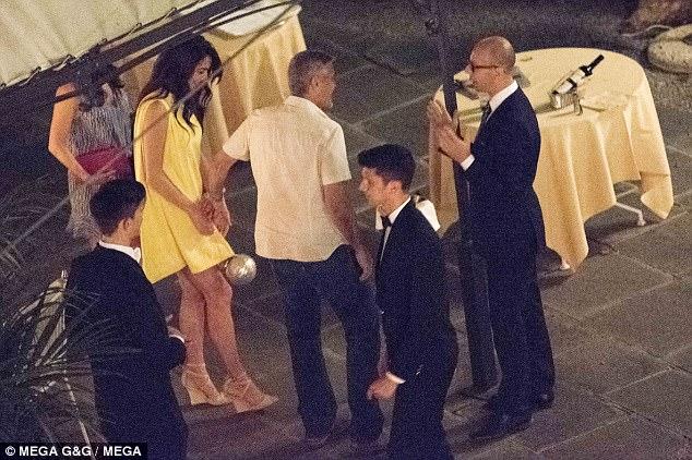 Еден месец по породувањето  Амал Клуни прекрасна во кратко фустанче