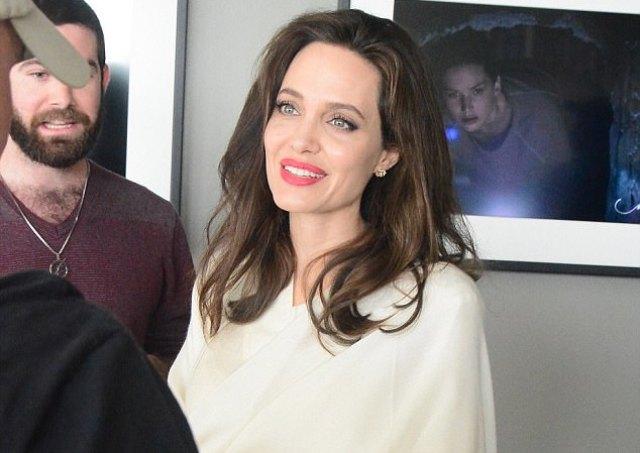 Фустан или ќебе  Чудниот стајлинг на Анџелина Џоли