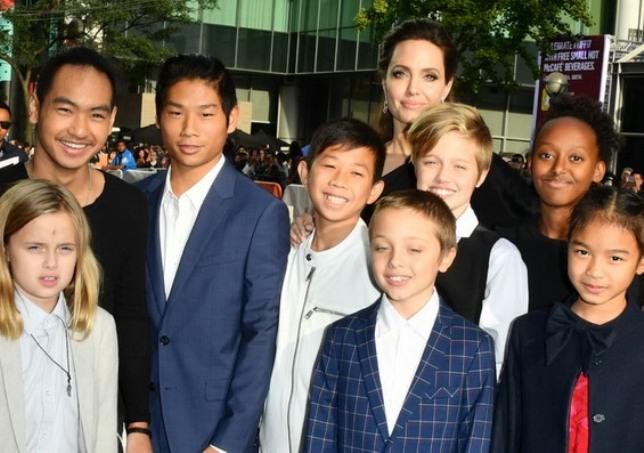 На премиера со децата  Анџелина Џоли во совршен црн фустан