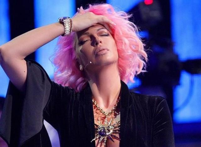 Вака изгледа Јелена Карлеуша без грам шминка кога се враќа од настап