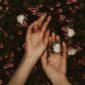 Како да го спречите пукањето на кожата на рацете во зима